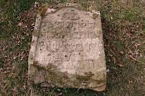 Zchátralý židovský hřbitov v polích několik kilometrů od obce Zderaz na Rakovnicku