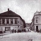Pohled do Nádražní ulice v roce 1905, kdy v pravé straně stály již secesní patrové novostavby.