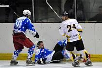 Hokejistům Kralup závěr letošní sezony vůbec nevyšel. Po minulém dvouciferném výprasku na ledě vedoucího Rakovníka nedohráli závěrečný domácí zápas s Velkými Popovicemi poté, co obránce Kotěšovský v závěru inzultoval rozhodčího.