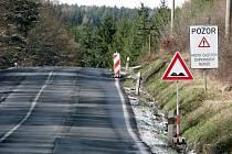 Silnice ve směru Rakovník – Ruda počátkem letošního roku . Nyní je silnice kompletně opravena. V letošním roce by se rekonstrukce měl dočkat i druhý úsek , tedy Ruda – Nové Strašecí.