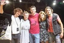 Kapela  s fanouškem Alexem (uprostřed)