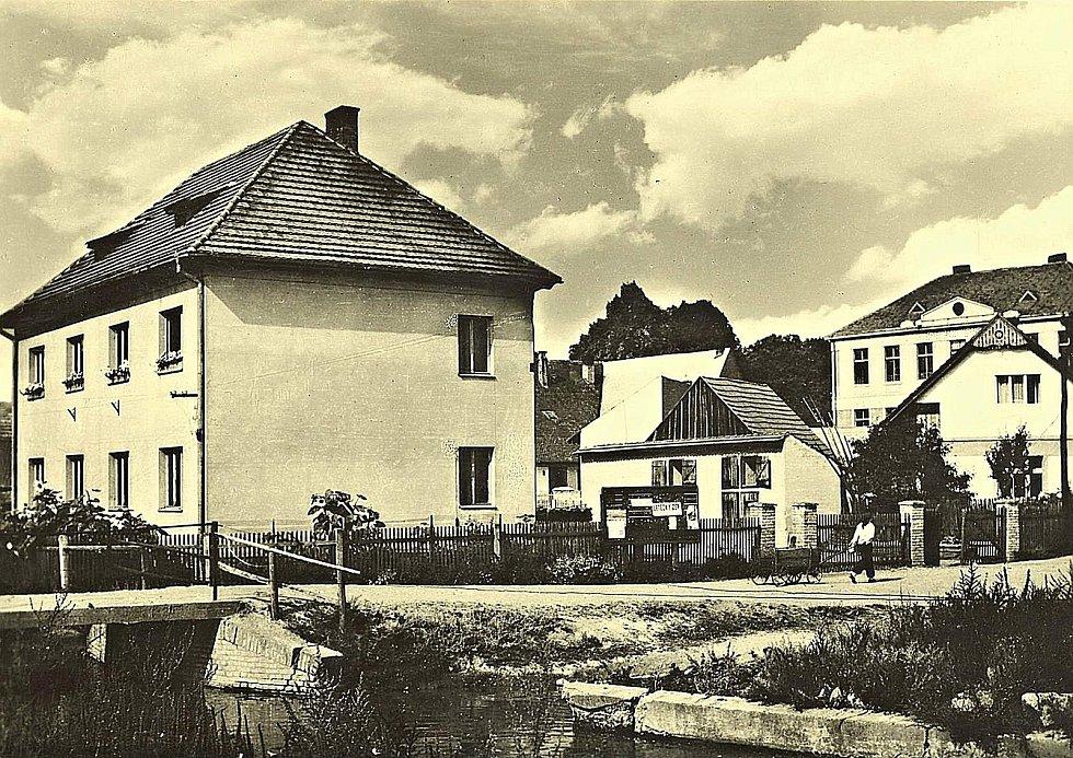 Šanov, náves a budova školy pro první až čtvrtý ročník v roce 1965.