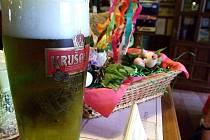 Ilustrační foto. Zelené pivo obsahuje bylinky, proto je jeho barva zelená