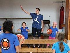 V Novém Strašecí vedl trénink dětí známý basketbalista Jakub Kudláček.