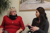 Evelin Ponce (vpravo) vypráví o Vánocích