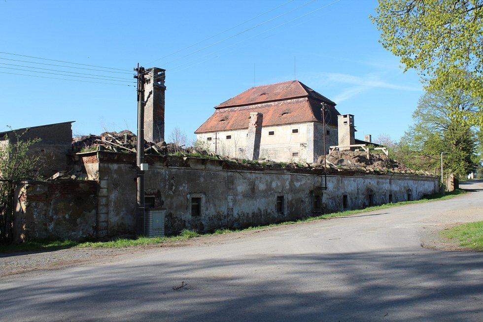 Areál bývalého lihovaru je zchátralý a zničený. Vlastník čelí trestnímu oznámení.