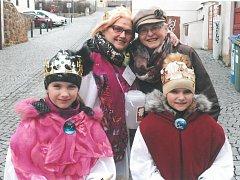Zprava, Eva Hvězdová, hlavní organizátorka Tříkrálové sbírky, Marie Knoblochová, spoluorganizátorka a její vnučky.