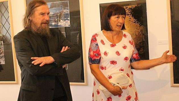 Ve Výstavní síni rakovnické radnice byla slavnostně zahájena výstava Anny Fuchsové s názvem Cesta.