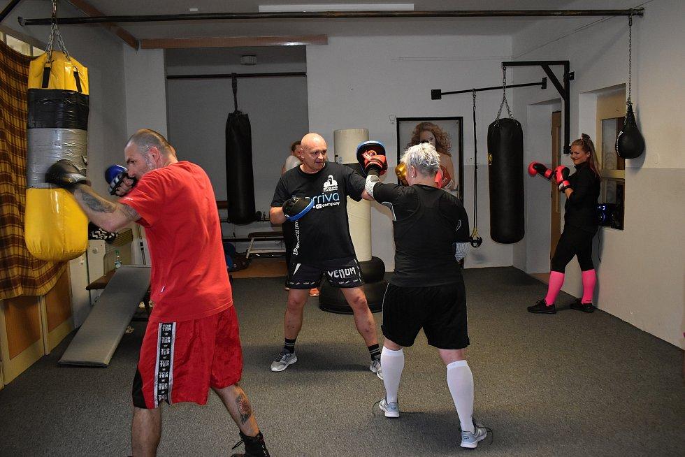 Boxeři a boxerky TJ TZ Rakovník si užívají společné tréninky.