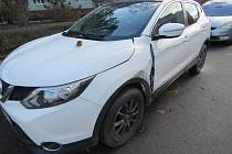 Auto v Rakovníku poškozené neznámým řidičem.