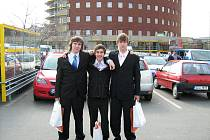 """Václav Rais, David Korcina, Jan Lucjuk po úspěšné soutěži národního kola """"ENERSOL 2010"""" v Otrokovicích."""