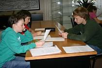 Žáci pátrají v rakovnickém archivu