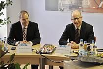 Do Rakovníka přijel premiér Bohuslav Sobotka spolu s ministrem školství Marcelem Chládkem (ČSSD). Navštívili Procter & Gamble a poté vyrazili do Šlovic
