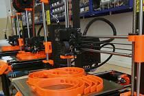 Na 3D tiskárnách se tisknou ochranné štíty. Ilustrační foto.
