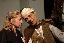 PRO VELKÝ ZÁJEM diváků nabízí divadlo Ty–já–tr i letos romantickou komedii Cyrano z Bergeracu.