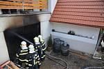 Požár v garáži způsobil škodu 800 tisíc korun, majitel utrpěl lehké popáleniny dolních končetin.