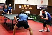 V Rakovnickém krajském derby KST – KK získal první bod debl Štěpánek(vlevo vzadu) – Štengl výhrou nad dvojicí Krůta – Fabinger.
