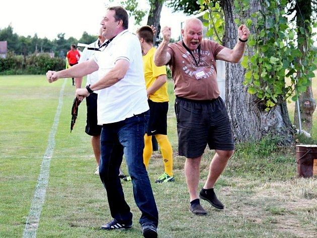 Lidé odvedle: novostrašecká fotbalová legenda Miloslav Mrázek (vlevo) po výhře Tuchlovic ve Hvozdnici nad týmem Tomáše Řepky.
