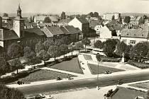 Historický pohled na Komenského náměstí v Novém Strašecí z budovy školy.