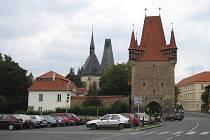 Výběrčí budka se nachází za Pražskou bránou