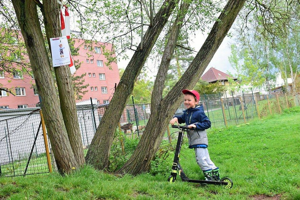 Dům dětí a mládeže Rakovník uspořádal v pátek odpoledne v Čermákových sadech Pohádkový orienťáček.
