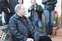 Kladeňák Luděk Švorc vystavuje fotografie Magie vody v roubence Lechnýřovna. (v kožené bundě sedí na lavičce)