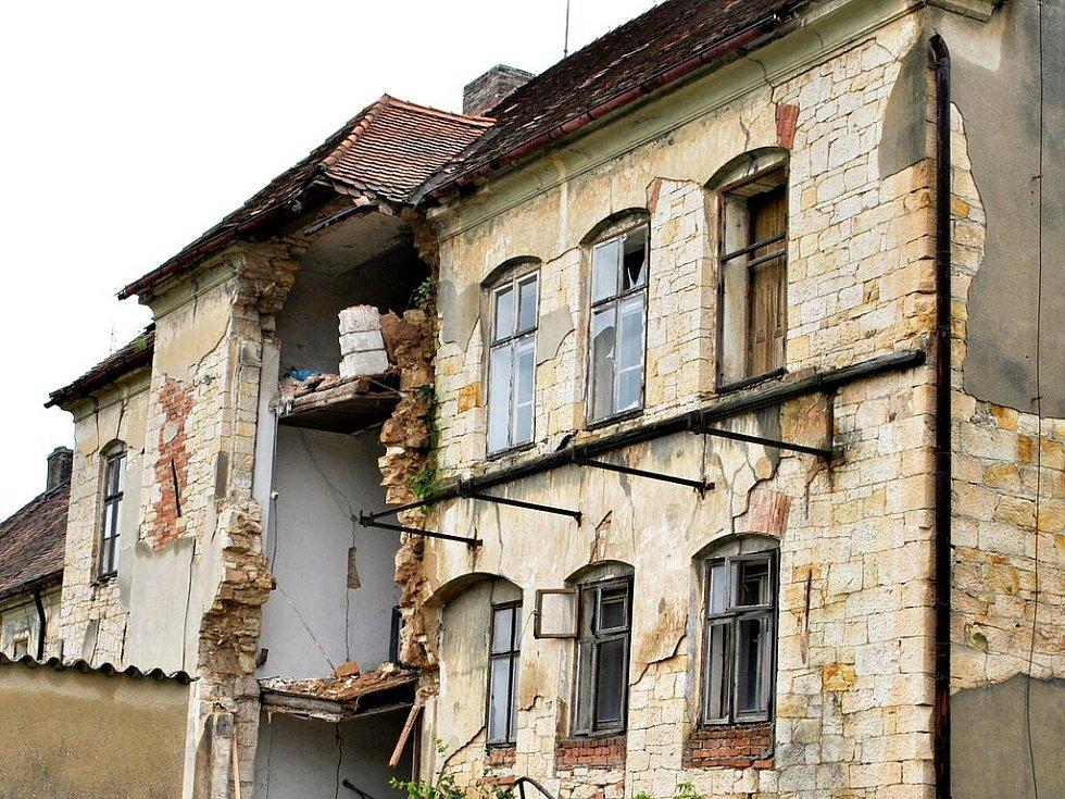 Zchátralý dům v Kounově se kvůli vydatným srážkám zřítil