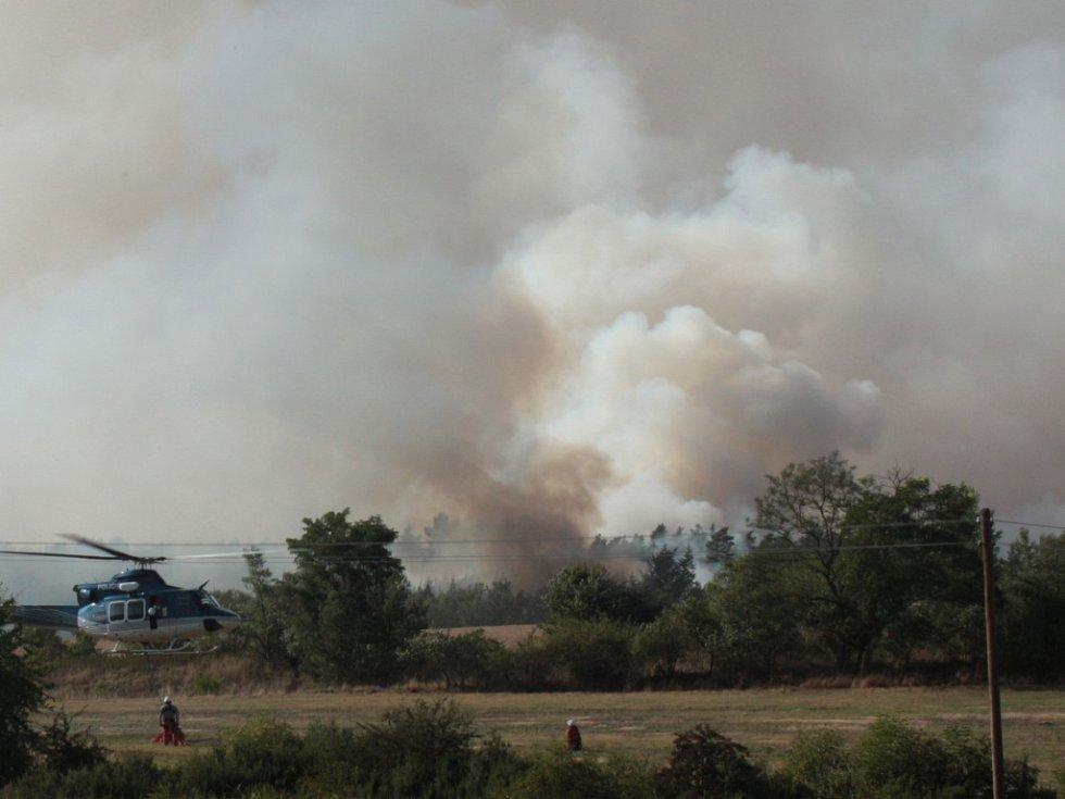 Hoří les mezi Olešnou a Chrášťany