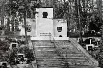 Pomník Emila a Karla Burianů v 80. letech 20. století.