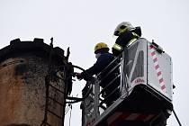 O umístění hnízdní podložky na komín v areálu ISŠ Jesenice pro čápa bílého se postarali hasiči ve spolupráci s hromosvodáři.