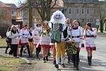 Občané Kolešovic se převlékli do krojů a společně vynesli Morénu z obce.