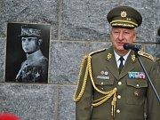 Slavnostní odhalení pomníku generála Milana Rastislava Štefánika před rakovnickým vojenským areálem.