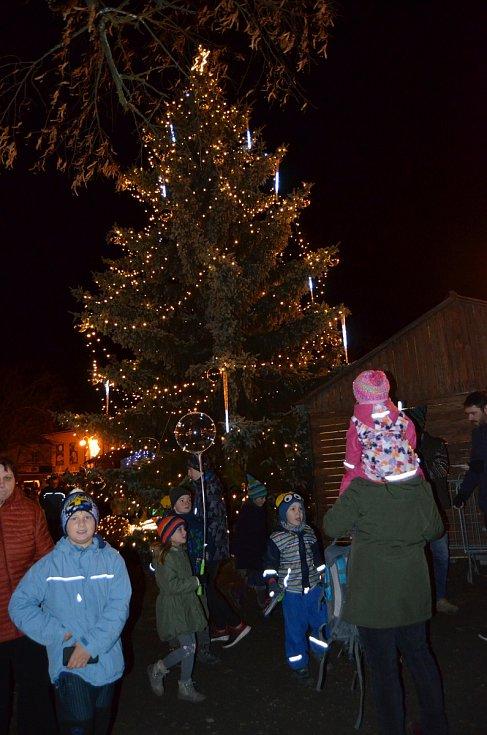 Z rozsvícení vánočního stromu v Novém Strašecí.