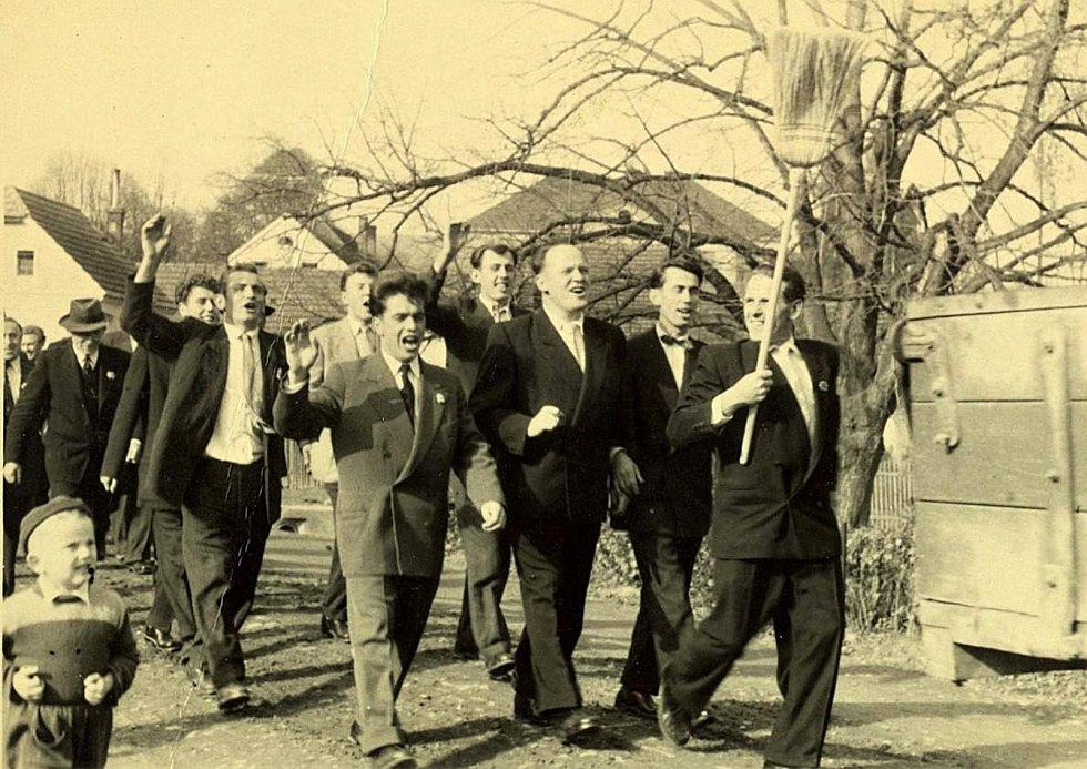 Šanov. Tradicí bylo vyprovázení nejstaršího svobodného mládence k obědu. Rok 1959.