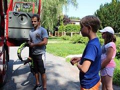 Děti si na příměstském táboře prohlédly auto a vybavení rynholeckých dobrovolných hasičů.