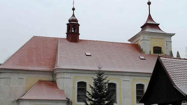 Kostel ve Skryjích má nově opravenou střechu