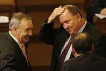 """""""TAK KLUCI, JAKOU SI DÁME TEĎ?"""" jakoby se ptal kolegů Vítězslav Jandák o přestávce mezi jednáním parlamentu."""