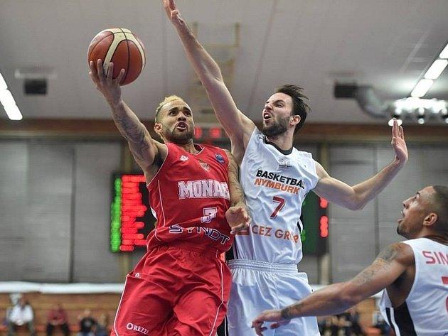 Vojta Hruban (v bílém)byl patronem basketbalového kempu v Novém Strašecí.