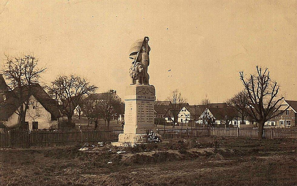 Šanov, pomník s obětmi války. Snímek z roku 1920.
