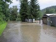 Zatopené fotbalové hřiště v Roztokách v srpnu v roce 2002.