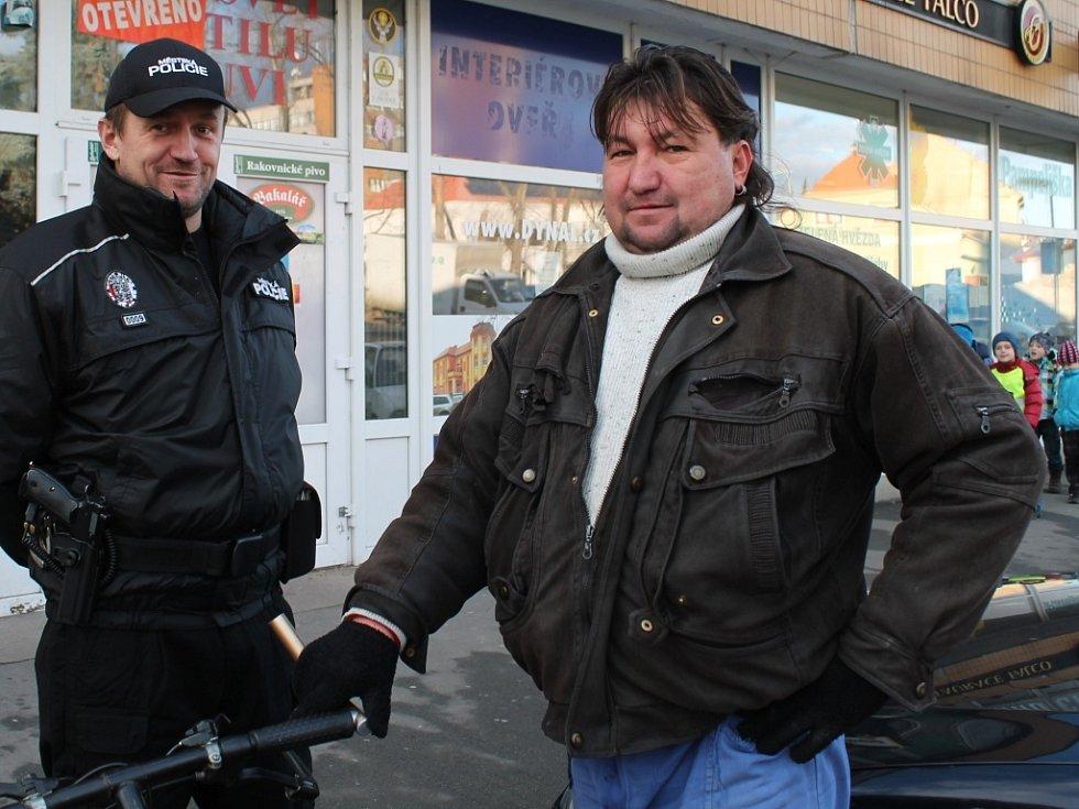 Milan Nesvadba hovoří se strážníky
