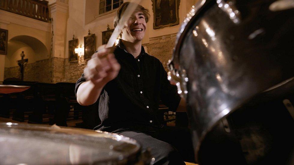 Bubeník Vojtěch Vítek se raduje, že mu kbubnům přivezli zapomenuté paličky.