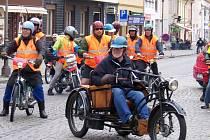 Jezdci na mopedech dojeli na Husovo náměstí v Rakovníku.