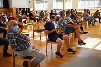 Veřejná debata v Rynholci před referendem proti halám.