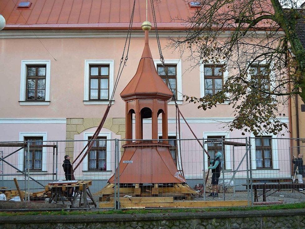 Usazování věžičky na budovu bývalé radnice začalo krátce po osmé hodině ranní.