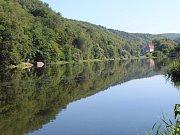 Příjezdová cesta podél řeky k hospodě U Jezzu se pomalu ztrácela pod vodou.