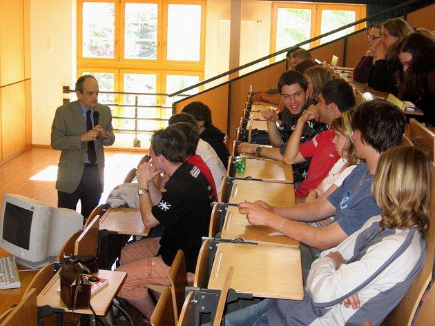 Michael G. Hahn diskutuje se studenty Masarykovi obchodní akedimie v Rakovníku o Americe