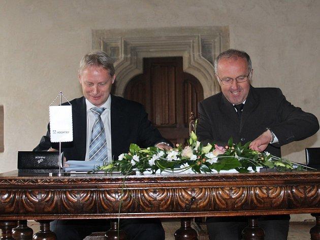 Slavnostní podpis smlouvy na vybudování vodovodu na Křivoklátsku