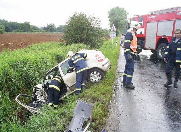 Hasiči nejprve vyprostili z Fabie řidiče a poté vytáhli i auto
