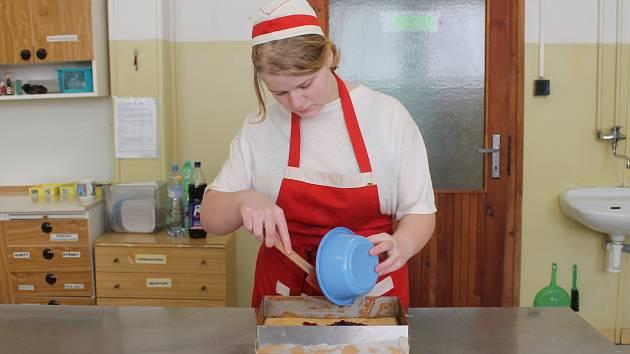 Výroba brusinkového dezertu do soutěže Regionální potravina Středočeského kraje